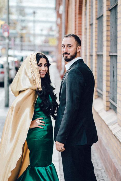 Paar in Kreuzberg schaute in Kamera
