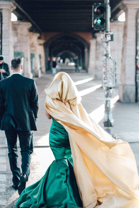 Paar geht in festlicher Kleidung über Ampel an der Warschauer Straße