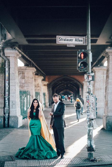 Paar wartet in festlicher Kleidung an Ampel in Berlin Friedrichshain